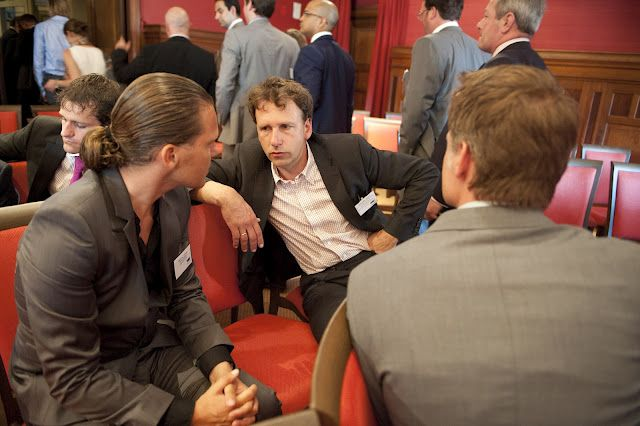 Rolf en PokerBond voorzitter Martijn Paulen bij de VMW Taxand borrel, in gesprek met Benjamin Jansen. (Afdelingshoofd preventie-, kansspel- en slachtofferbeleid Ministerie van Veiligheid en Justitie)