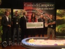 Premiazione - Carolina Marconi consegna l'assegno al vincitore Domenico Tinnirello
