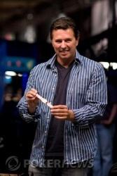 Phil Tom, winnaar van event 11, showt zijn pas verdiende bracelet
