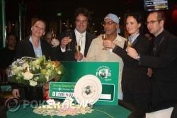 Winnaar Surinder Sunar met de Holland Casino vertegenwoordigers