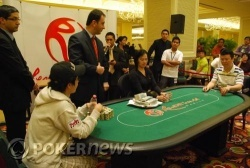 Heads Up: Sae Jin Lee (L) and Jeon Seung Soo (R)