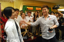 Bryan Huang congratulates Kenichi Takarabe