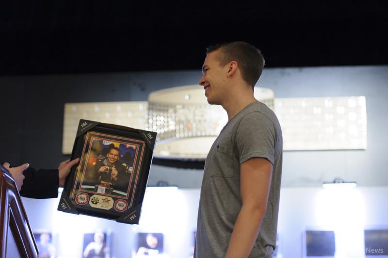 Bracelet Winner Martin Finger receives his winner photo