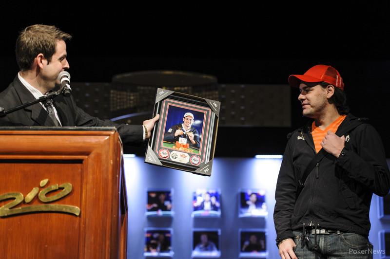 Jack Effel presents winner photo to Jarred Graham, winner of Event #31: $1,500 Pot-Limit Omaha Hi-low 8-or-Better