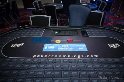 Tisch mit Logo