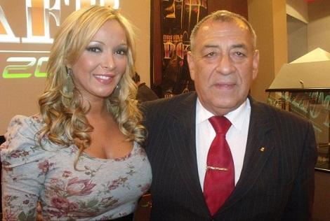Edgardo Ortega junto a una modelo de Dreams.