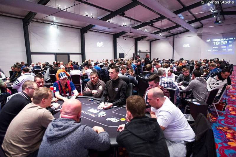 Deň 1a € 200.000 Main eventu PokerNews Cupu je odohraný 101