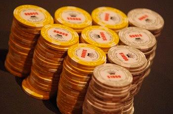 Kaip elgtis su žetonais prie pokerio stalo? Patarimai naujiems žaidėjams 101