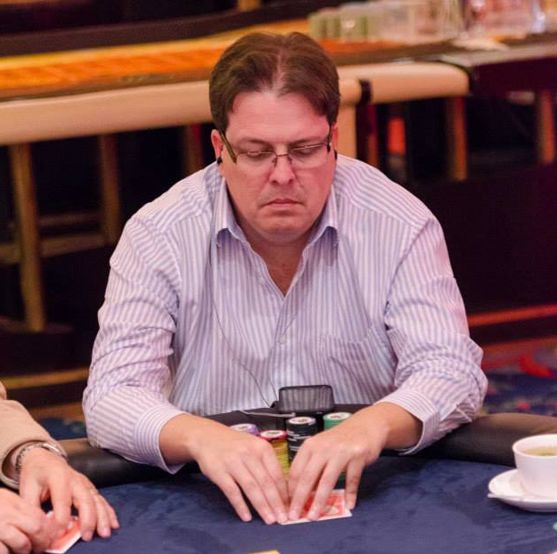 Un Tico cerca de una mesa final del WSOP 101