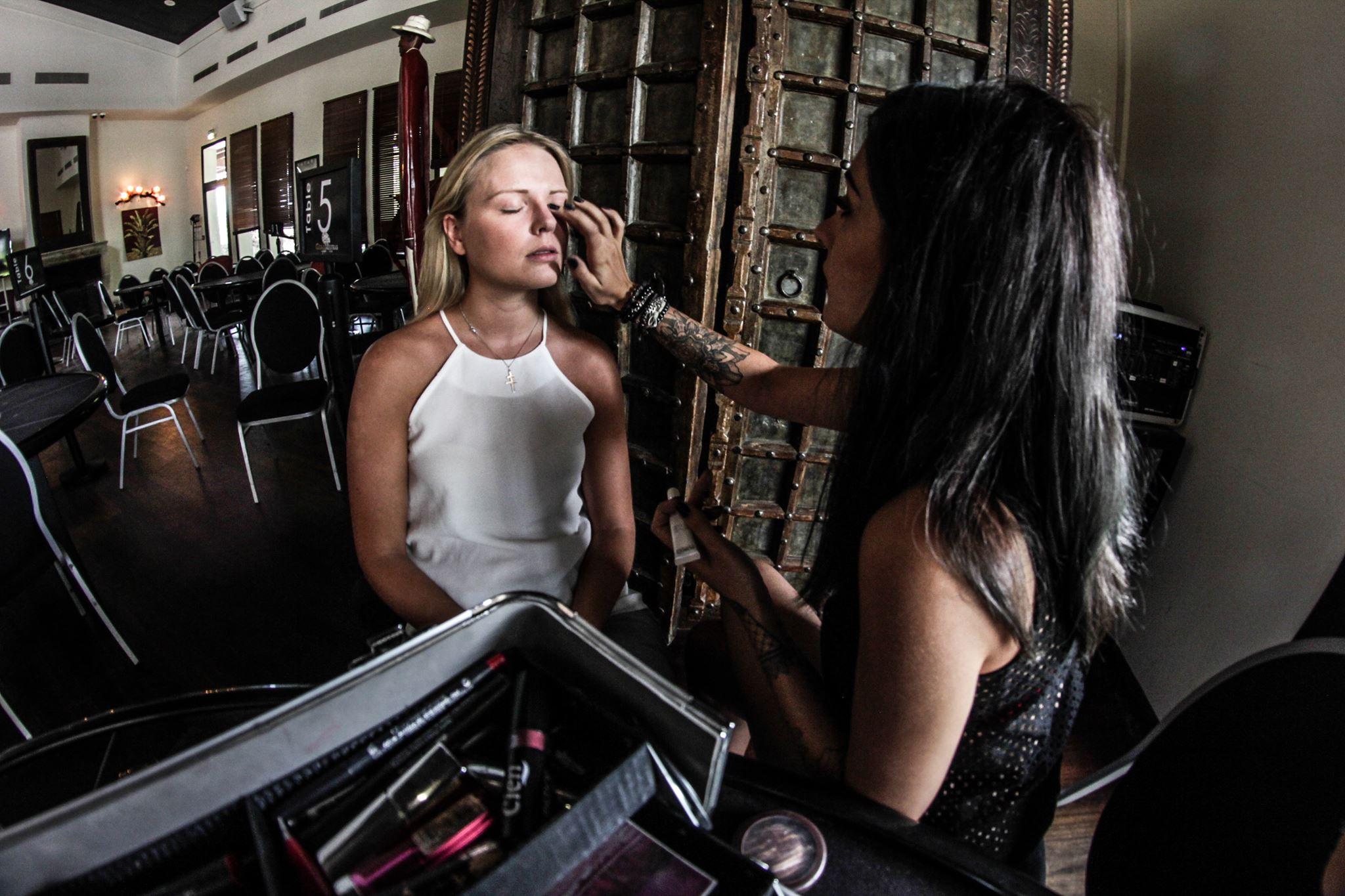 La joueuse Patty Beaumier en plein maquillage