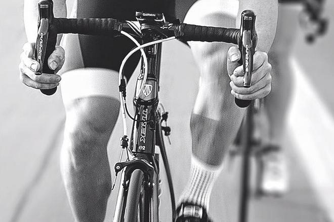Dan Bilzerian trénuje na kole - nohy má však tenčí než kola silničky! 102