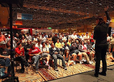 About 75 onlookers attend an impromptu WSOP Academy session hosted by instructor Annie Duke