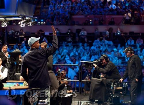Фил Айви поздравява публиката по врема на 2009 WSOP ME
