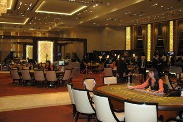 百家乐, 轮盘, 和其他的娱乐场娱乐和扑克王俱乐部也只几步之遥。
