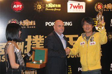 우승을 차지한 한국인 일용우씨가 우승상금 $284,200와 트로피를  수여받는 모습