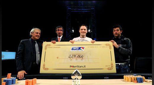 A győzelem után itt is egy nagy csekken adták át a 227.000 eurós első díjat
