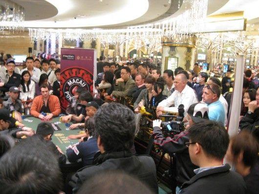 观众云集的在红龙主赛事的最终牌桌。