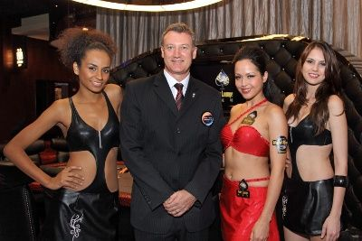 Mr. Greg Hawkins, President of City of Dreams (left), Hong Kong celebrity model Ms. Ankie Beilke (right) and 2 Hard Rock Babes at the Hard Rock Poker Lounge Media Launch event.