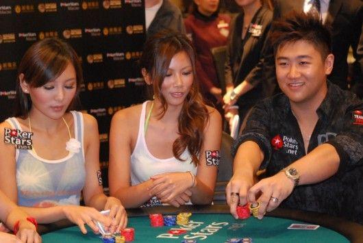 扑克之星亚洲团队职业玩家Bryan Huang为女士们示范如何全押。