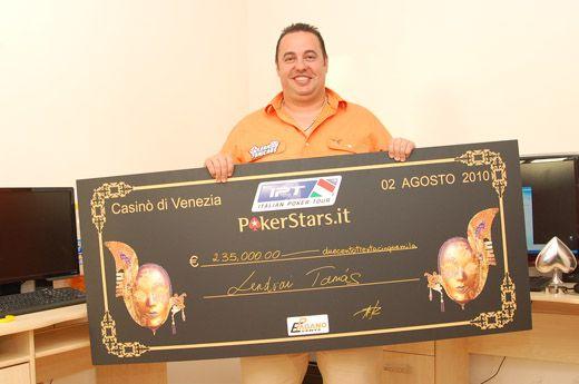 Lendvai Tamás és a csekk, amit az IPT Velence bajnoki trófeájával együtt vehetett át