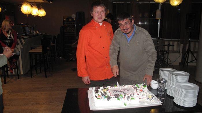 Sünnipäevalaps torti lahti lõikamas