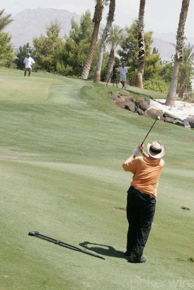 Дойл Брансън играе голф