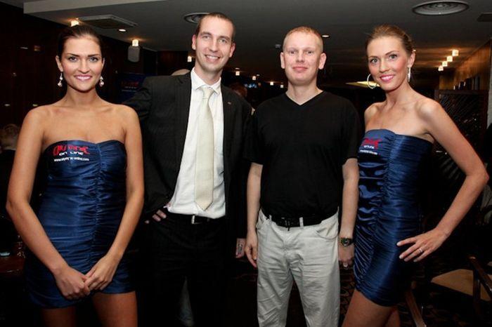 Olympicu ja PokerNewsi esindajad tähistamas pikaajalist ja meeldivat koostööd
