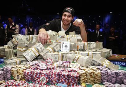 Jonathan Duhamel koser seg med penge premien og bracelet han vant i dag