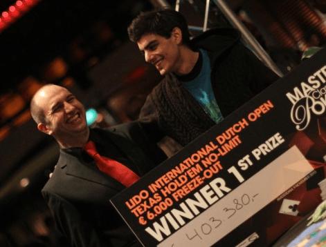 Marcel mottar 1.premien fra turnerings ansvarlig Eroll Manders.