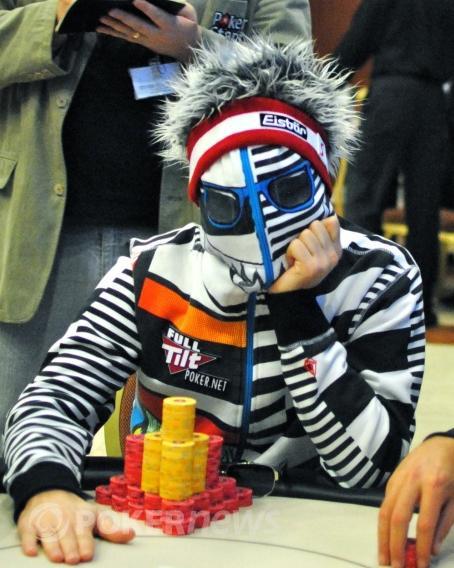 Roberto Romanello ve svém slušivém outfitu je také na finálovém stole