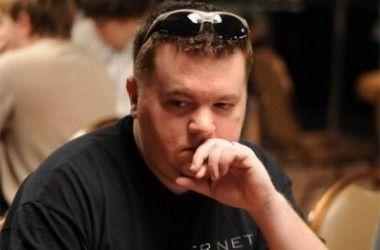 Eric 'Rizen' Lynch , a csütörtöki verseny házigazdája és egyben a Lock Poker teremfőnöke