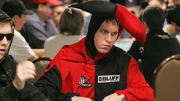 Jeff Madsen nie wygląda na szczęśliwego w stroju błazna