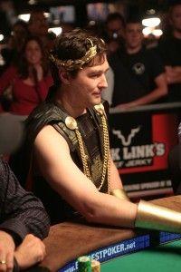 Не зовсім серйозно: костюми WSOP 102