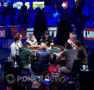 Ο Χάρης Τσαούσης στο τηλεοπτικό τραπέζι με το Phil Hellmuth