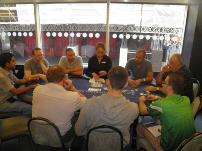 За съжаление са ме снимали в гръб, но поне имам някаква снимка от масата :)