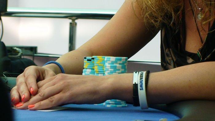 Маги Цанева от Пловдив, със своята щастлива PokerNews гривна