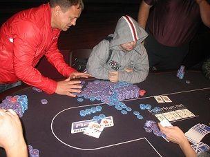 Самый большой банк турнира (порядка 1 млн фишек) выигрывает Олег Прохоров - KK>AQ