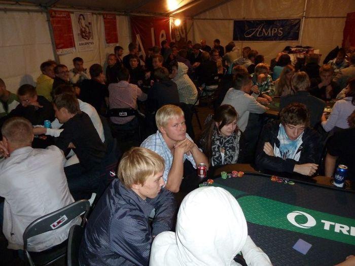 Heatujulised tudengid Vabaduse väljakul pokkerit mängima