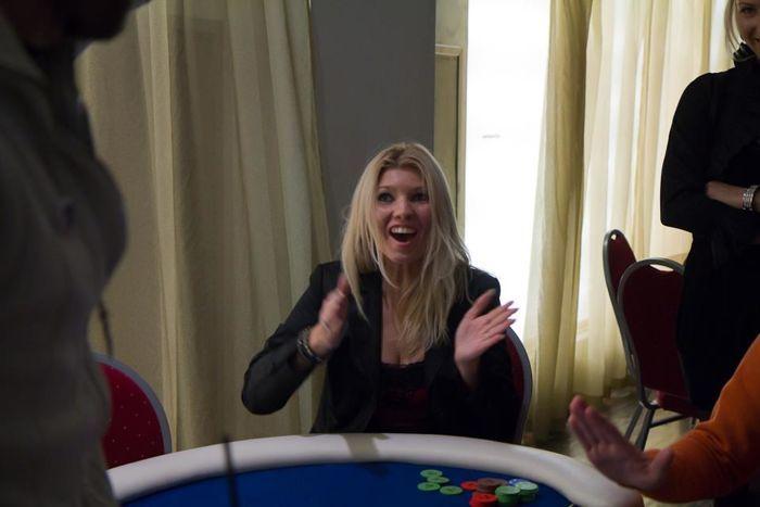 Õnnelik PokerNewsi freerollide valitsejanna Helen Pavlov - pole vahet, kas pokkerit mängitakse õiget- või pahupidi