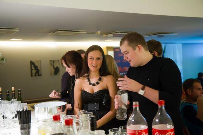 """Pidu täies hoos. Paremal valab jooke 2011. aasta seni Eesti edukaim pokkerimängija Raigo """"hotcocacola"""" Aasmaa"""