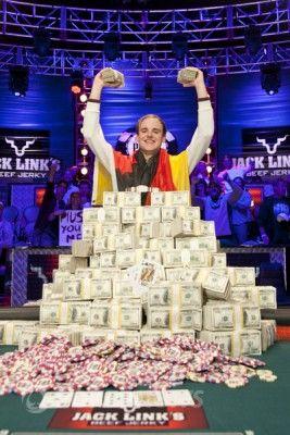 Pius Heinz i jego stos gotówki po wygraniu WSOP Main Event 2011