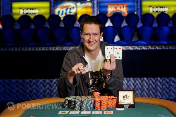 Sean Getzwiller z najbardziej pożądaną nagrodą pokerową.