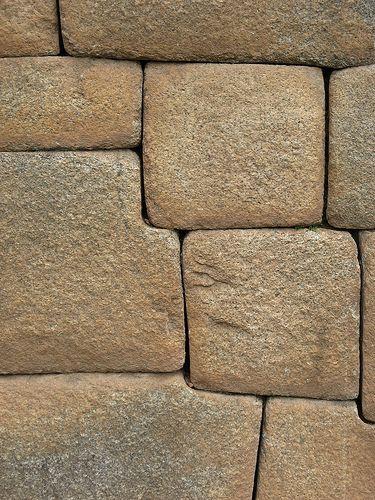 Pohled na zeď z precizně opracovaných kamenů na Machu Picchu
