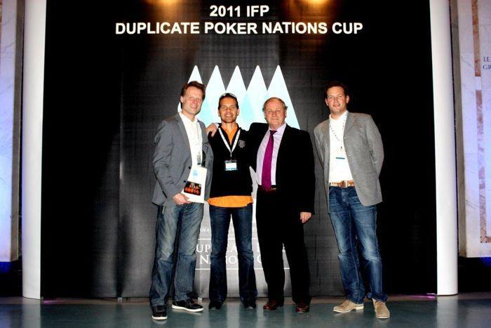 Op de IFP Nations Cup, met IFP voorzitter Anthony Holden, PokerBond voorzitter Martijn Paulen (links) en PokerBond secretaris Teun van Gestel (rechts)