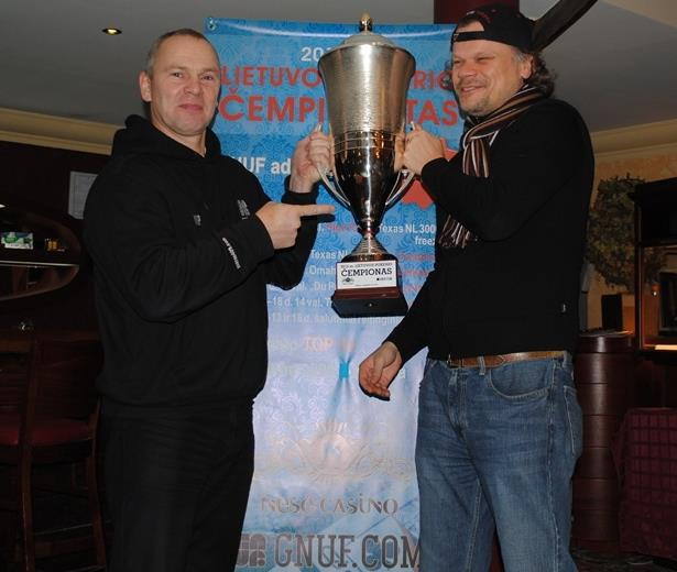 Galiausiai 2011 m. Lietuvos čempionas Ričardas Vymeris perdavė čempiono taurę Liutaurui Armanavičiui.