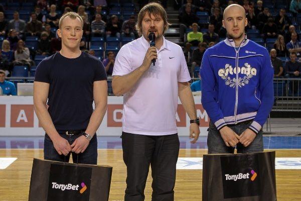 Esimesed auhinnamängu võitjad Marko ja Veiko koos BC Kalev/Cramo promootori Rene Riismaaga.
