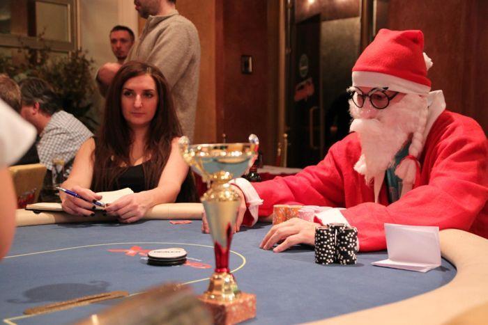 Et heads-up mängus iga oluline jaotus kiirelt kirja saaks, tuleb vahel ka reporteril lauas istet võtta. Eriti kui üks mängijatest on Jõuluvana, kelle vasakul käel on spikker pokkerikombinatsioonide tugevusjärjestusest...