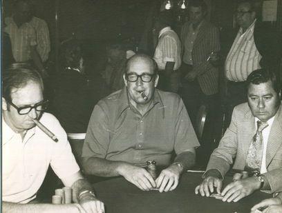 Bob Hooks (izquierda) y Doyle Brunson (centro)