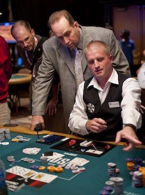 В казино раздает карты ограбление казино качество hd