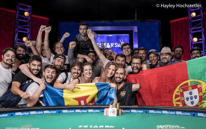 Joao Vieira merayakan memenangkan gelang WSOP